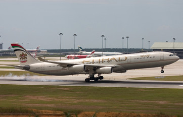 A6-EYC - Etihad Airways Airbus A340-300