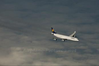 - - Lufthansa Airbus A340-300
