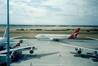 - - QANTAS Boeing 767-300