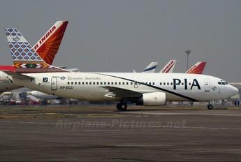 - - PIA - Pakistan International Airlines Boeing 737-300