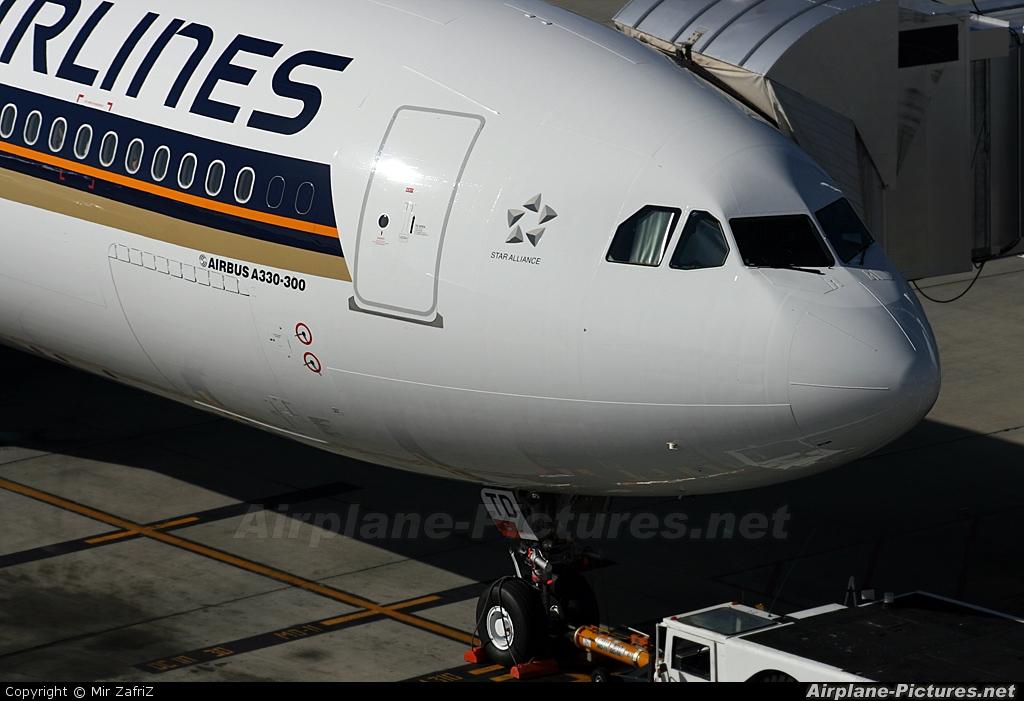 Singapore Airlines 9V-STD aircraft at Perth, WA