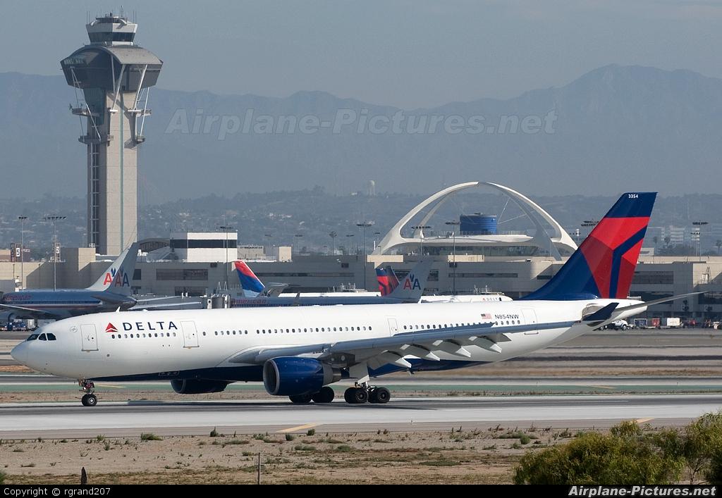 Delta Air Lines N854NW aircraft at Los Angeles Intl