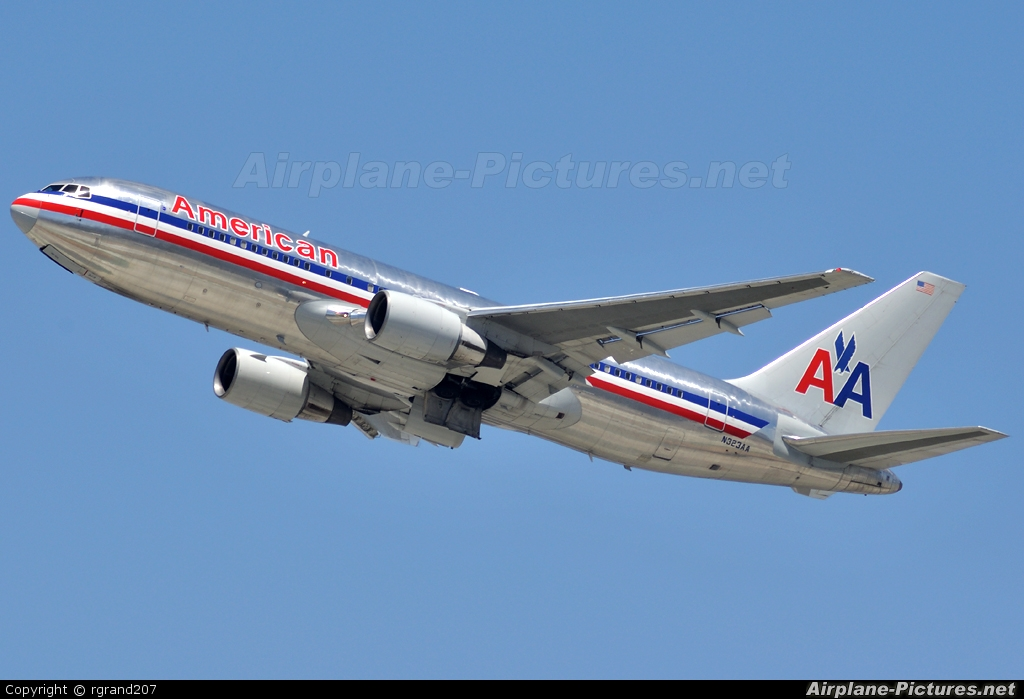 American Airlines N323AA aircraft at Los Angeles Intl
