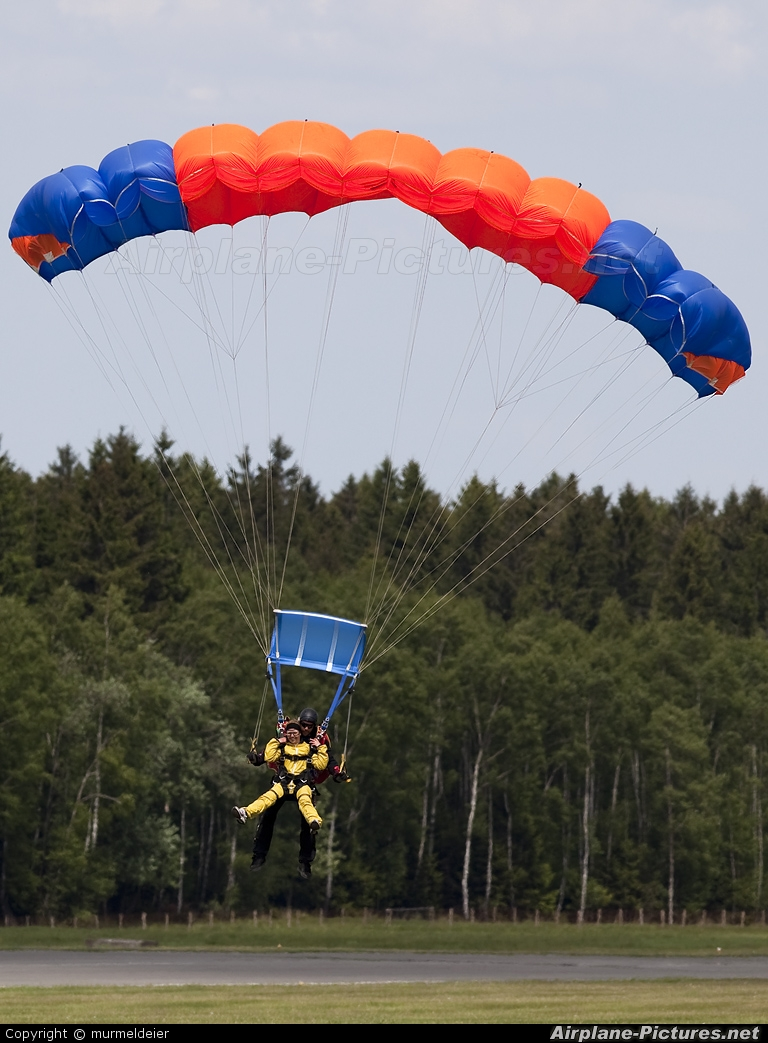 Private Parachute Parachute  Tandem At Spa  La Sauveniere  Photo ID 90578