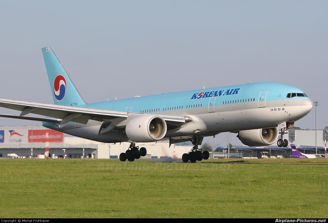 HL7752 - Korean Air Boeing 777-200ER at Prague