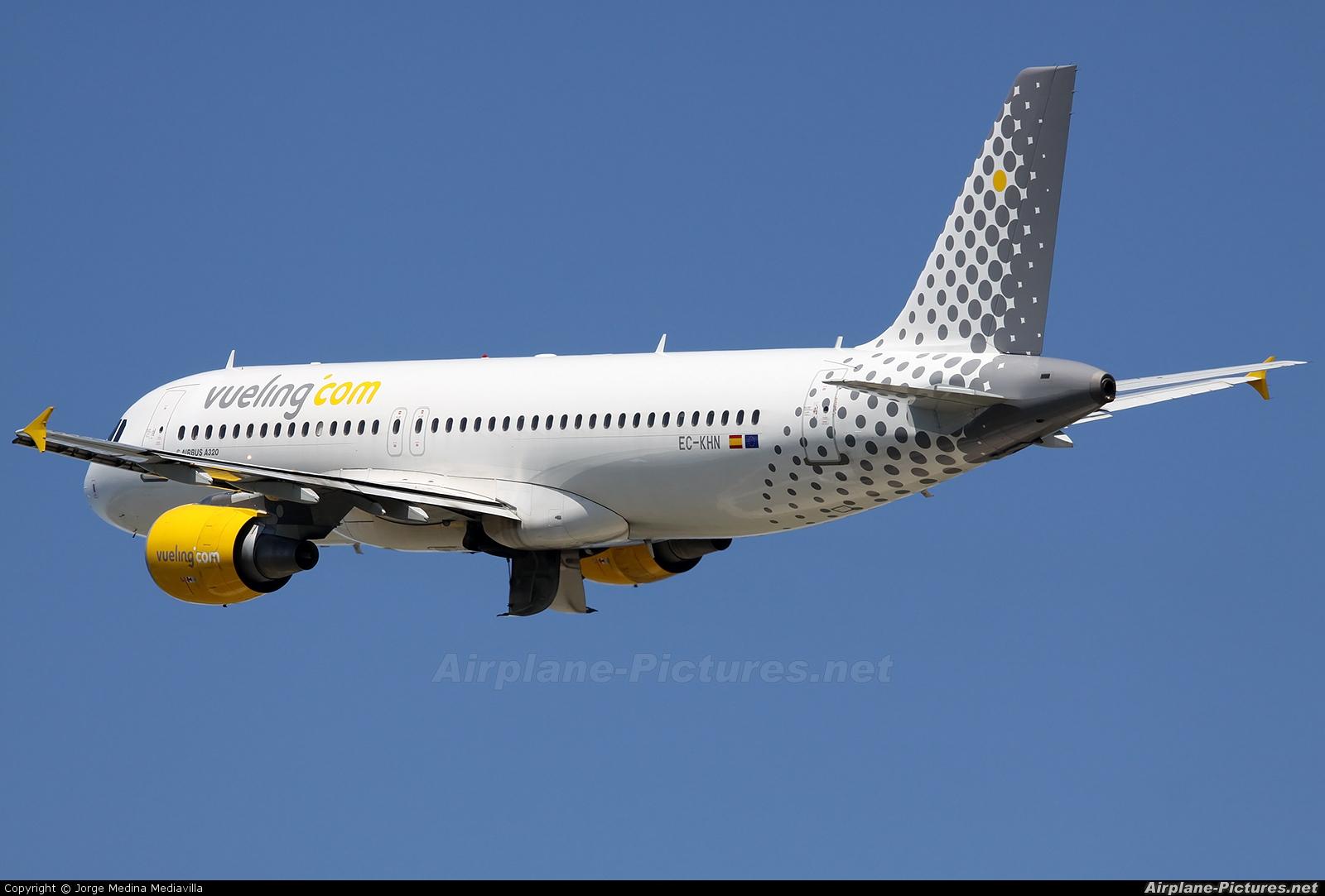Ec khn vueling airlines airbus a320 at barcelona el for Oficinas vueling barcelona