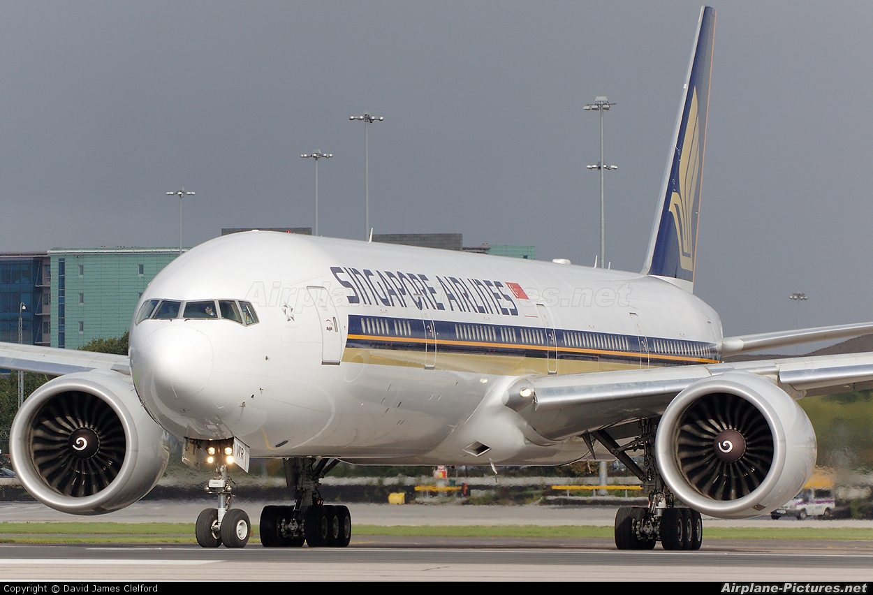 Singapore Airlines 9V-SWR aircraft at Manchester