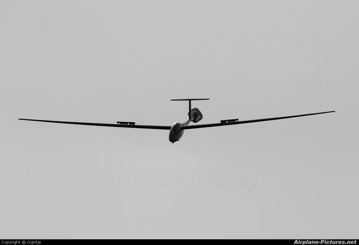 Private OO-ZFQ aircraft at Keiheuvel