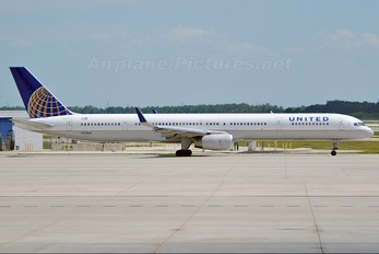 N57864 - United Airlines Boeing 757-300