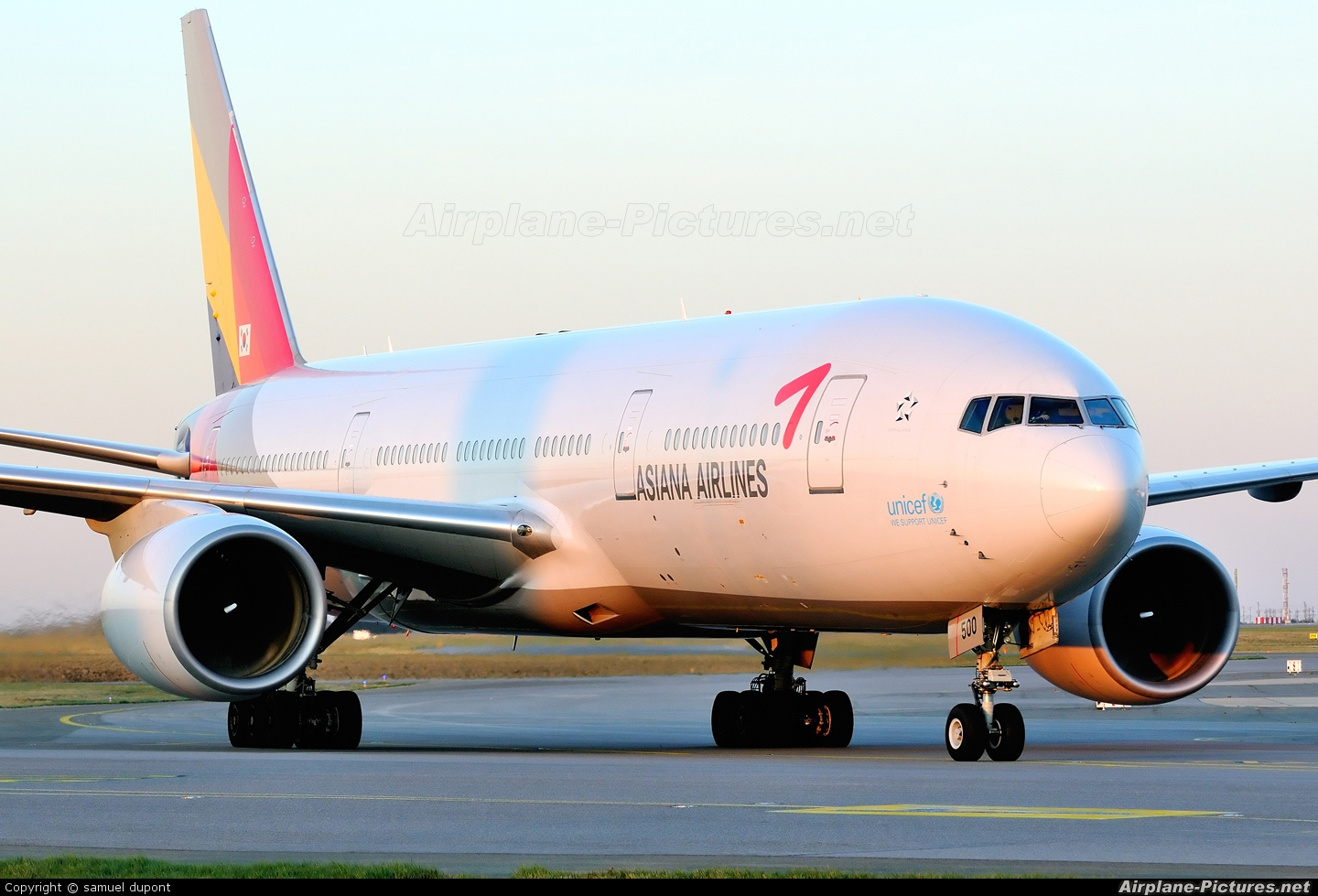 Asiana Airlines HL7500 aircraft at Paris - Charles de Gaulle