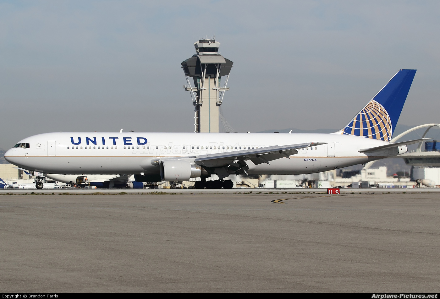 United Airlines N677UA aircraft at Los Angeles Intl