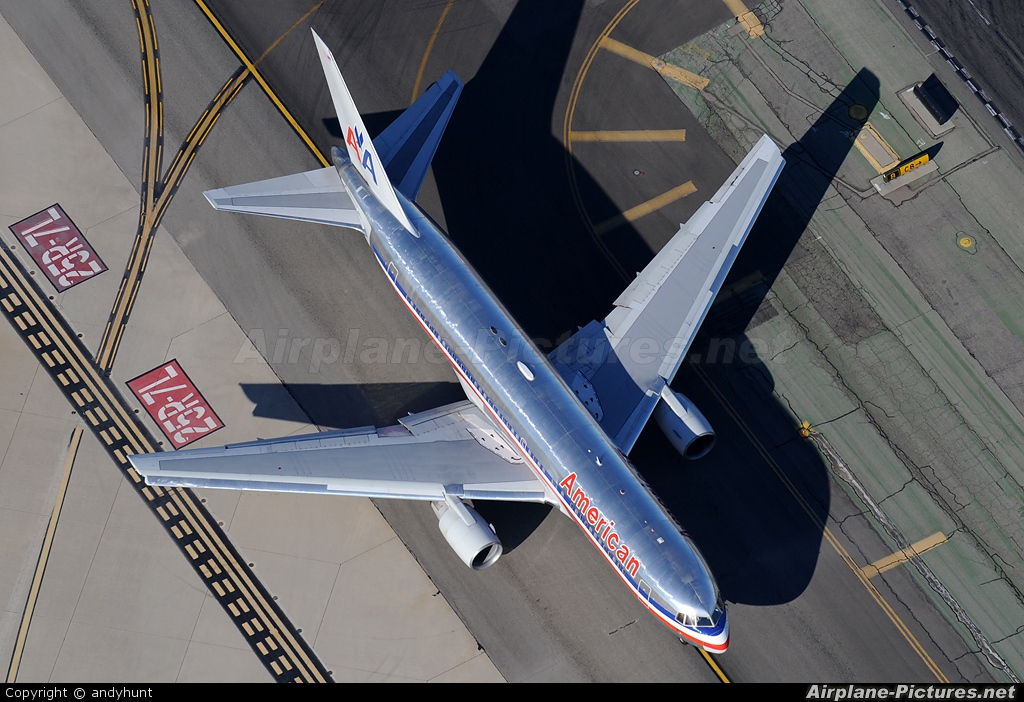 American Airlines N320AA aircraft at Los Angeles Intl