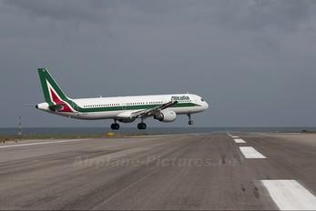 EI-IXU - Alitalia Airbus A321