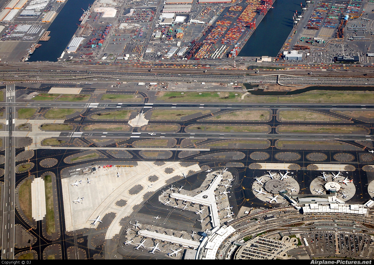 - Airport Overview - aircraft at Newark Liberty Intl