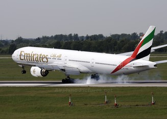 A6-EMQ - Emirates Airlines Boeing 777-300
