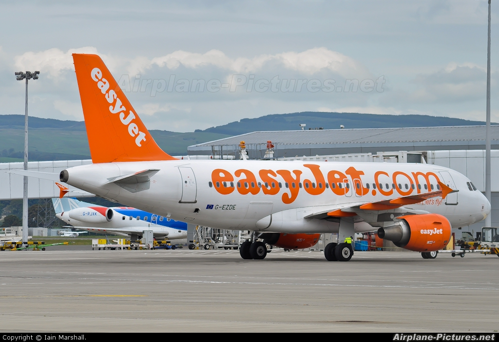 easyJet G-EZDE aircraft at Glasgow
