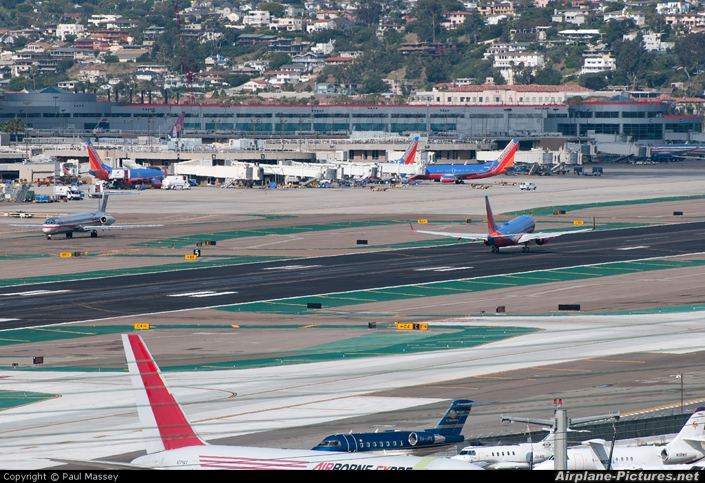 - Airport Overview - aircraft at San Diego - Lindbergh Field