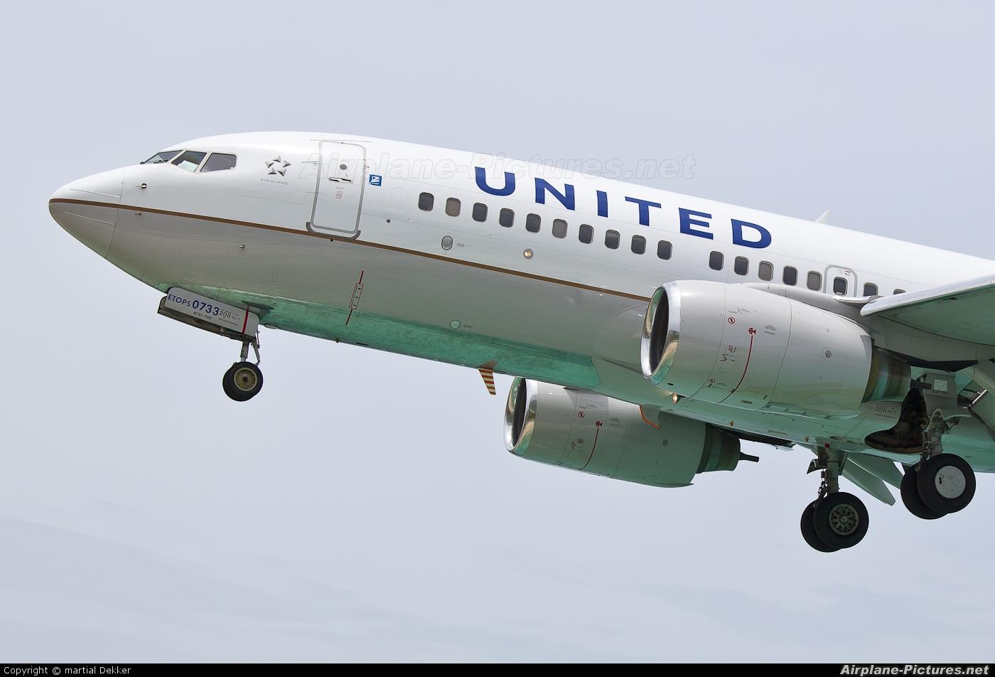 United Airlines N27733 aircraft at Sint Maarten - Princess Juliana Intl