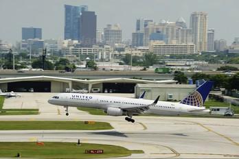 N13113 - United Airlines Boeing 757-200