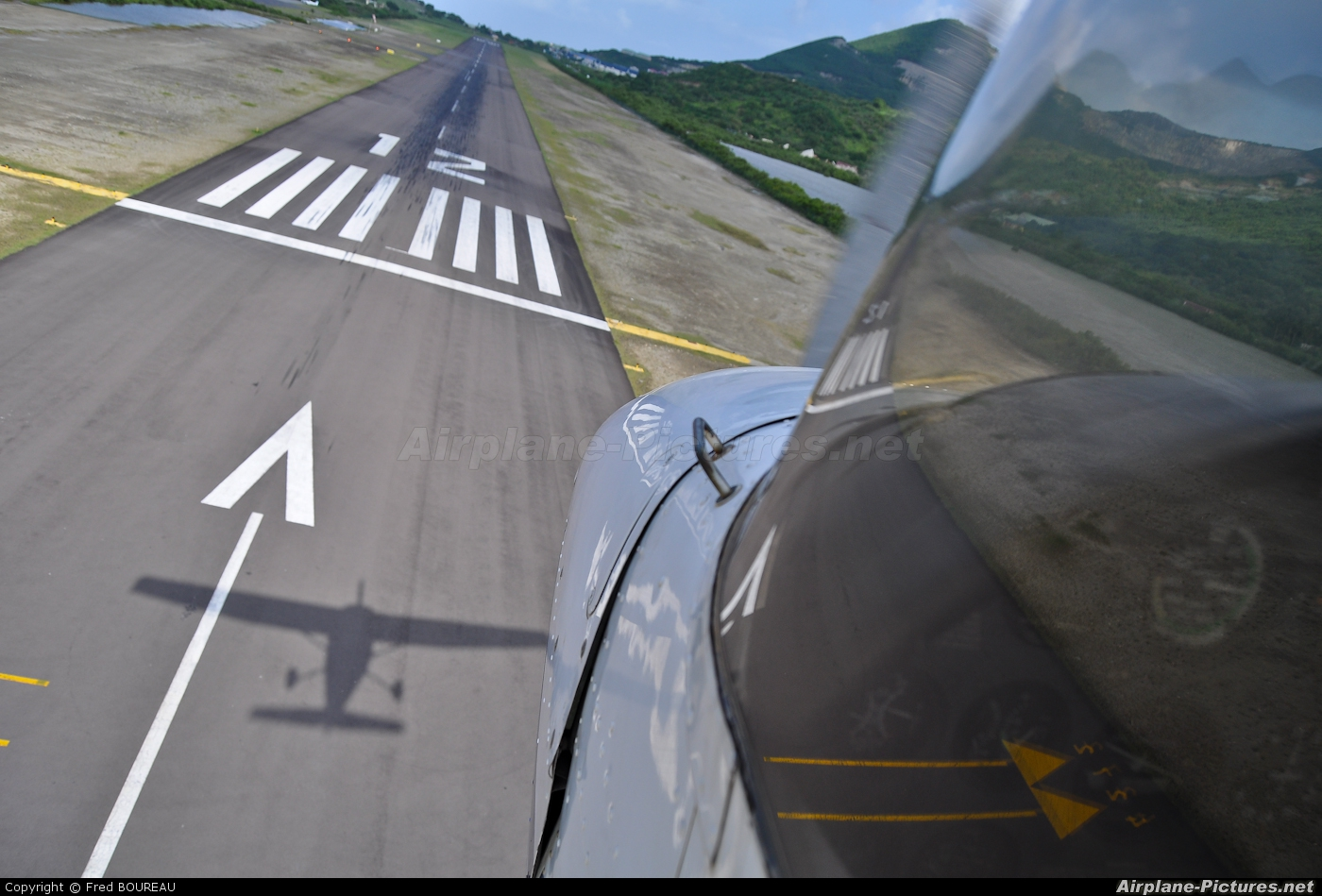 - Airport Overview - aircraft at Saint Martin - L