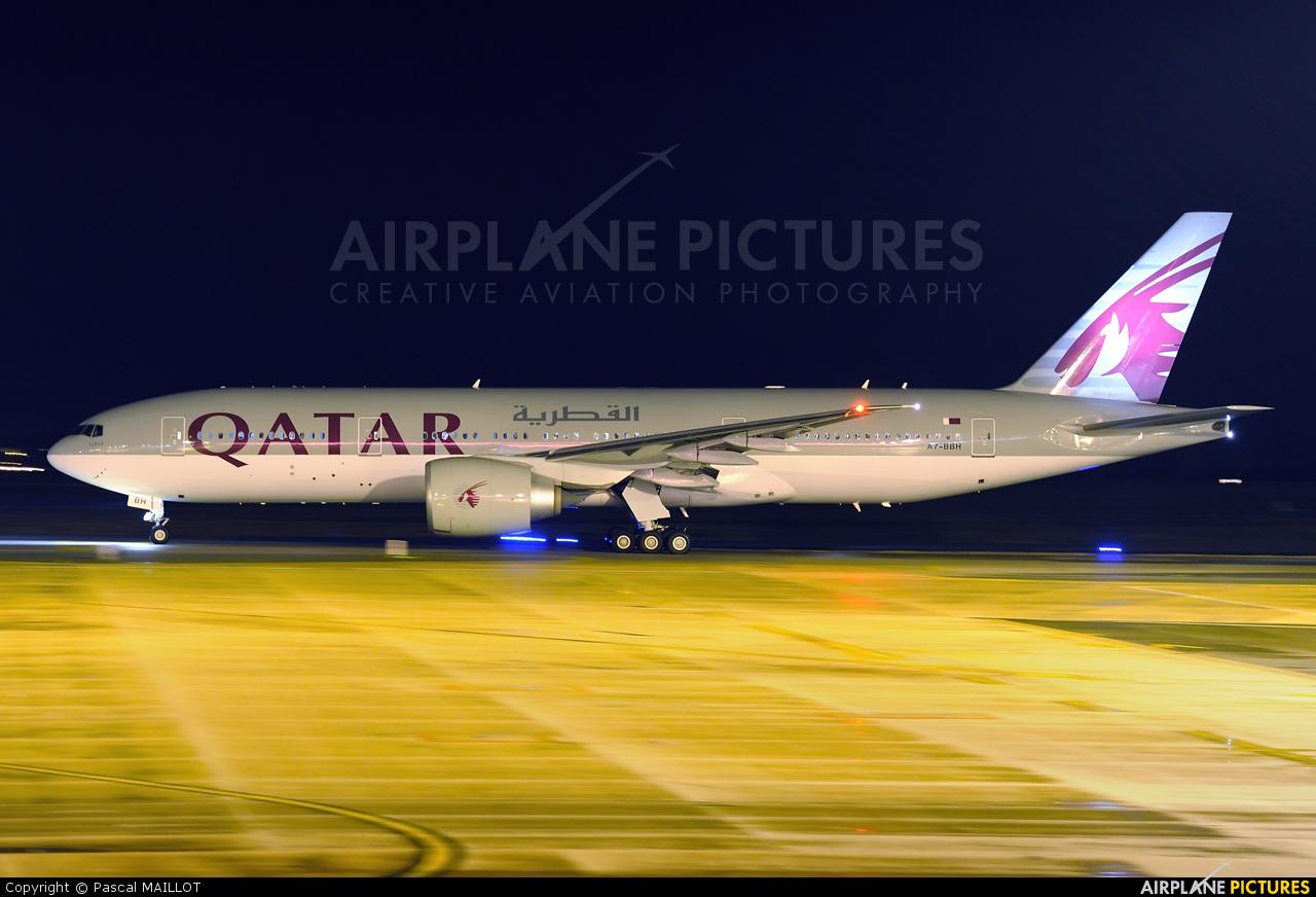 A bbh qatar airways boeing lr at paris charles de