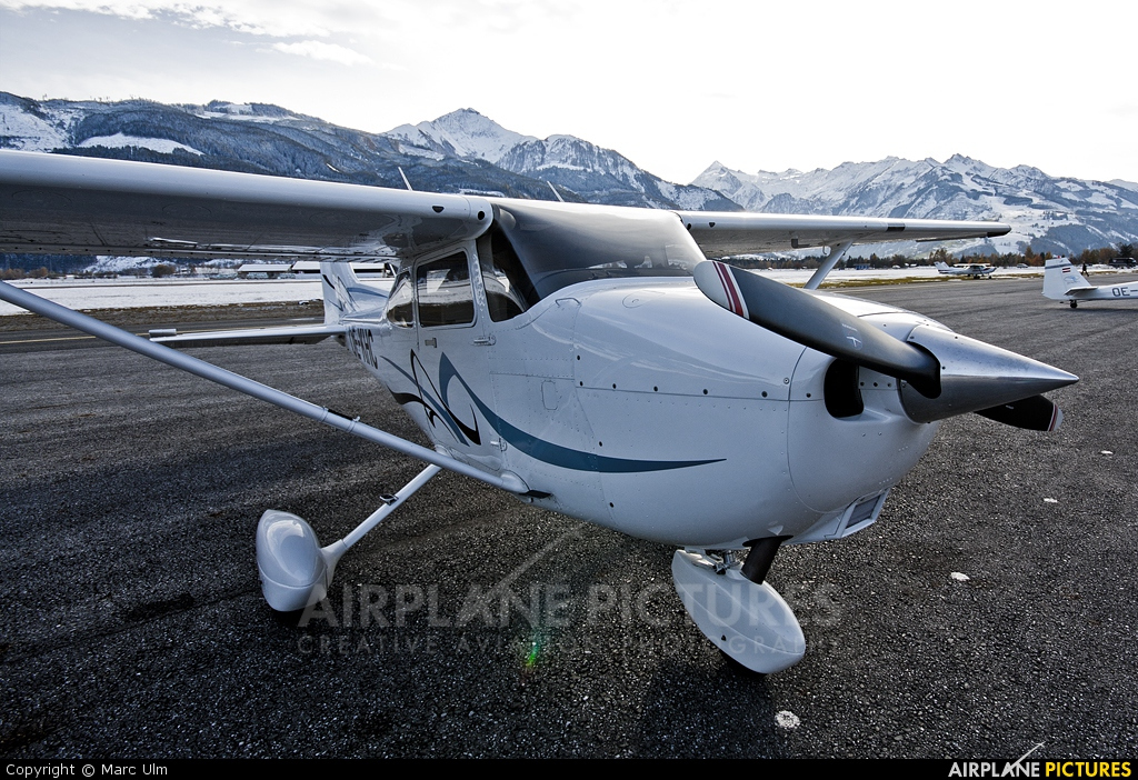 Private OE-KHC aircraft at Zell am See