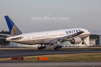 N216UA - United Airlines Boeing 777-200ER