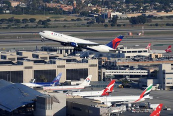 N1402A - Delta Air Lines Boeing 767-300