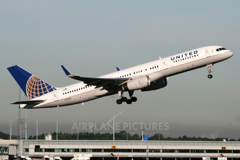 N12125 - United Airlines Boeing 757-200