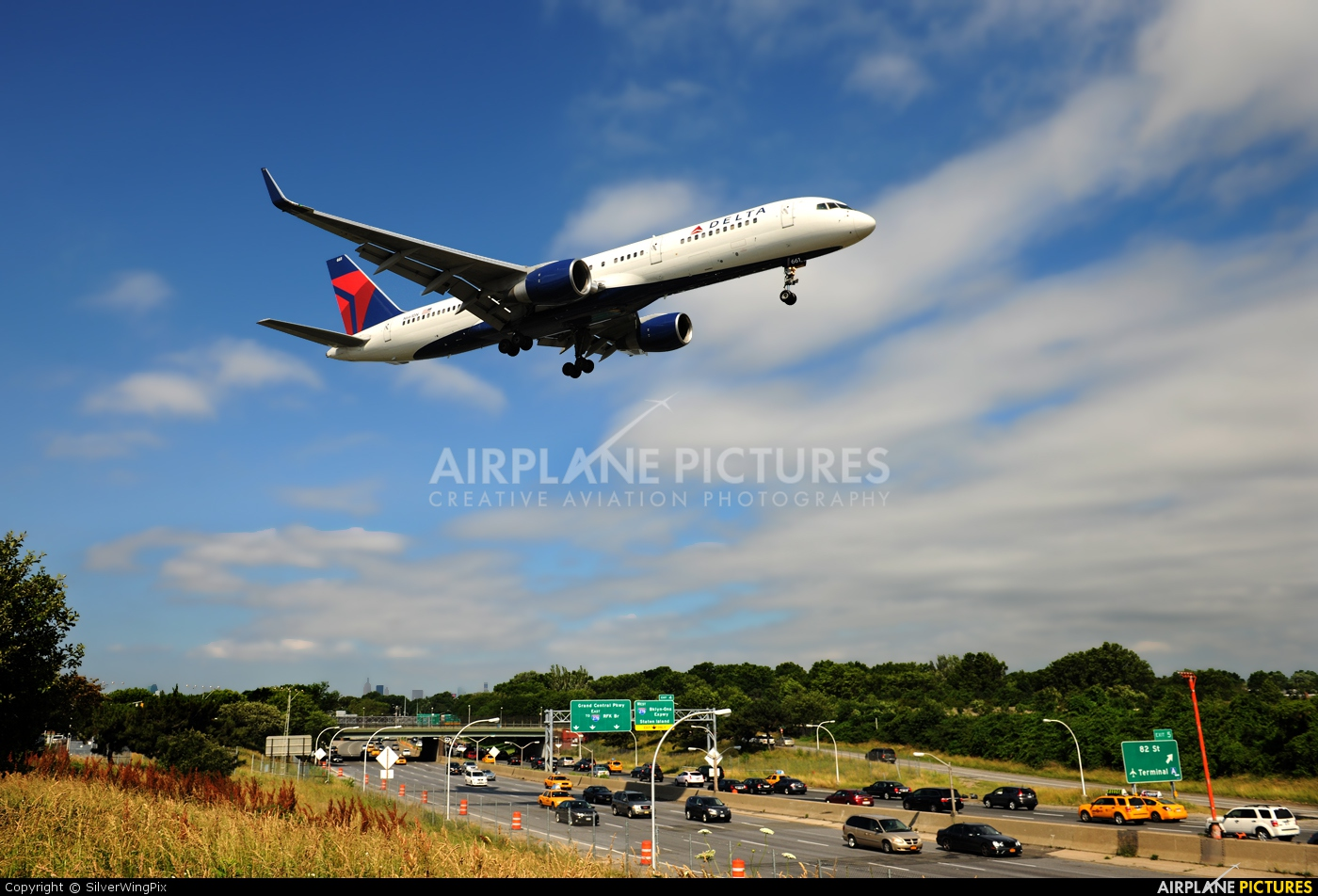 Delta Air Lines N661DN aircraft at New York - La Guardia