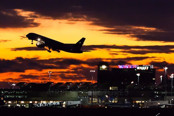 - - American Airlines Boeing 757-200