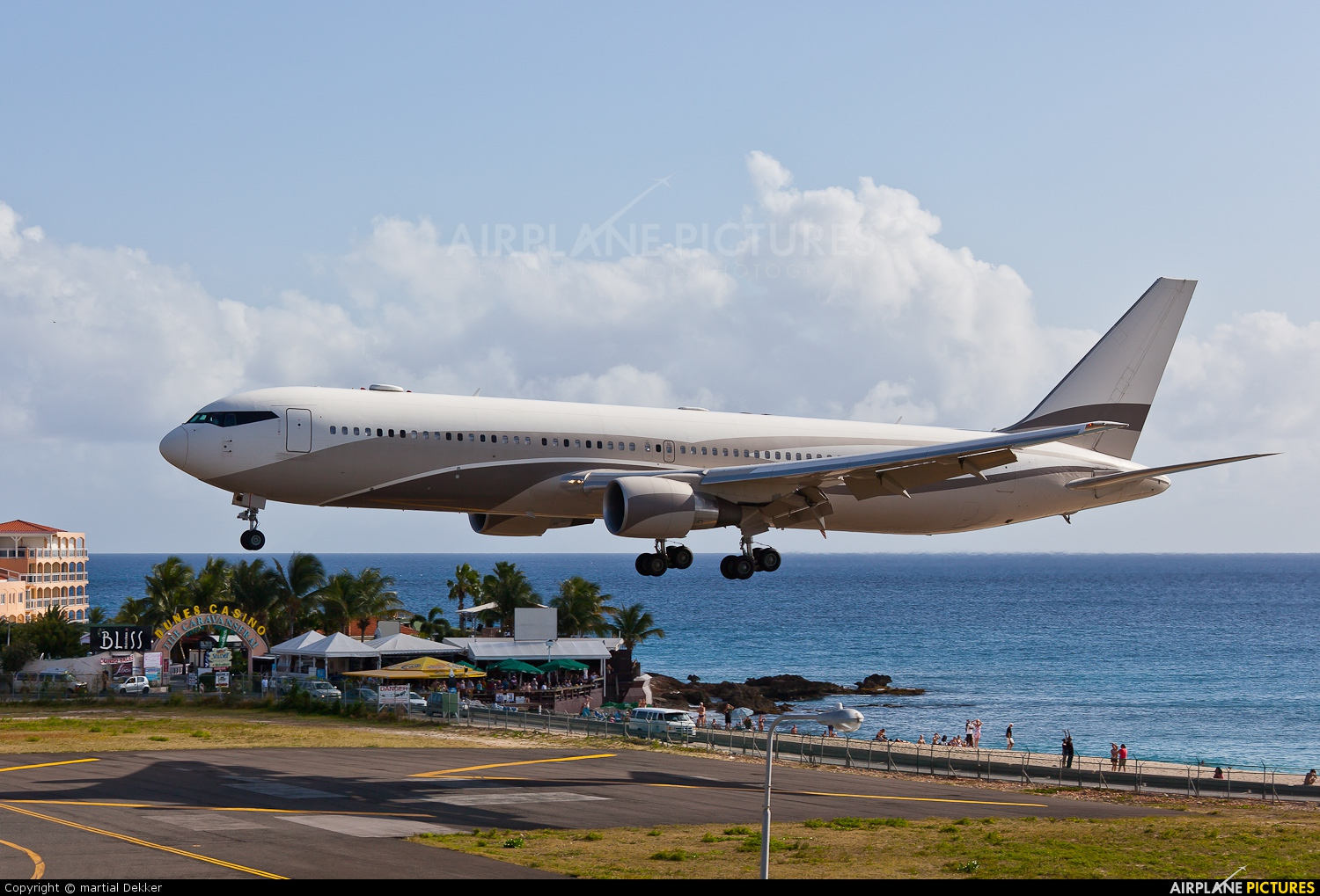 p4 mes   private boeing 767 300er at sint maarten
