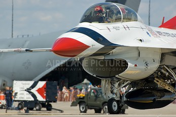 - - USA - Air Force : Thunderbirds General Dynamics F-16D Fighting Falcon