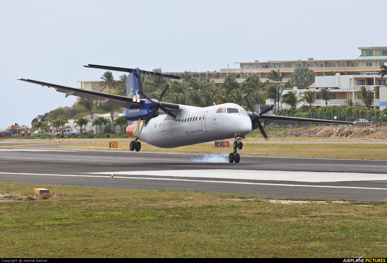 Dash-8 Porter Airlines Taxiing - AVIONALE