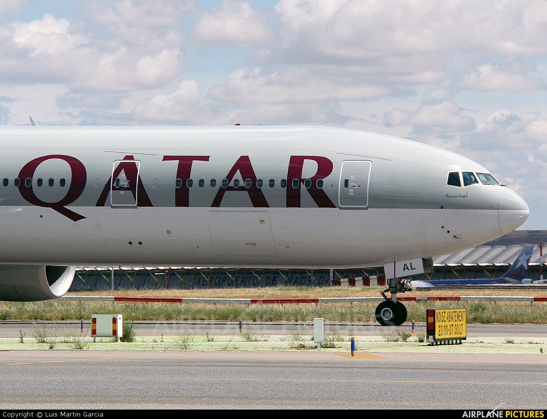 A7 bag qatar airways boeing 777 300er at madrid for Oficina qatar airways madrid
