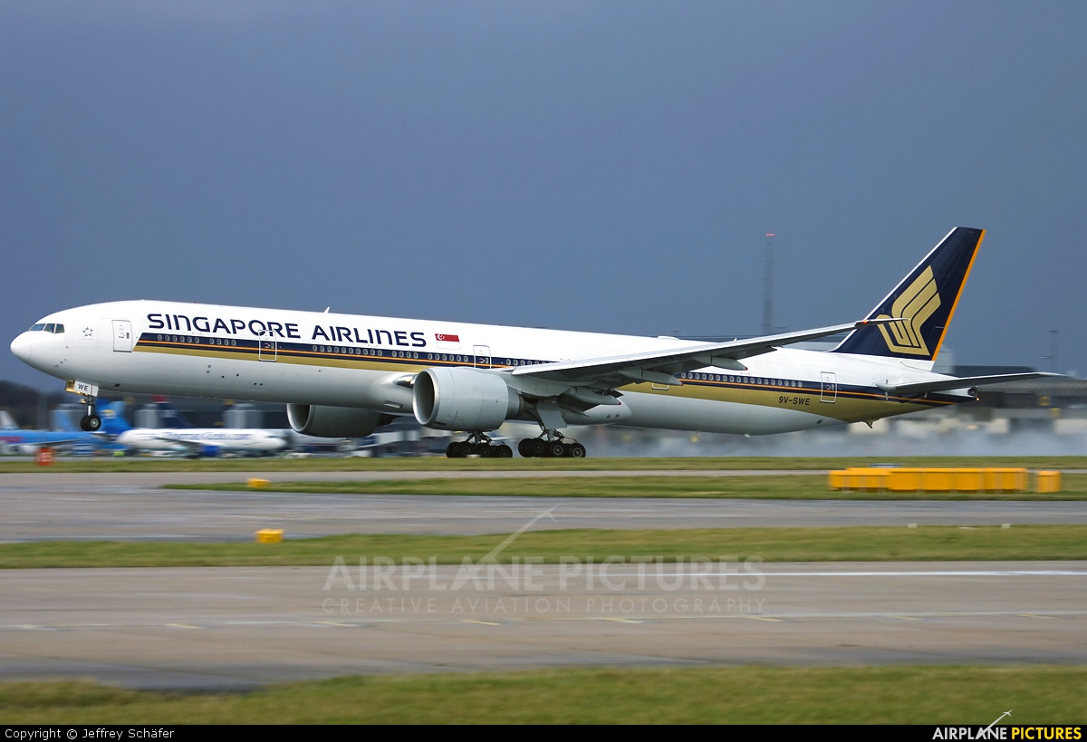 Singapore Airlines 9V-SWE aircraft at Manchester