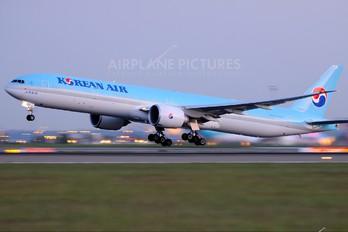 HL8218 - Korean Air Boeing 777-300ER