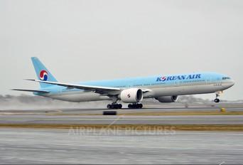 HL-8208 - Korean Air Boeing 777-300ER