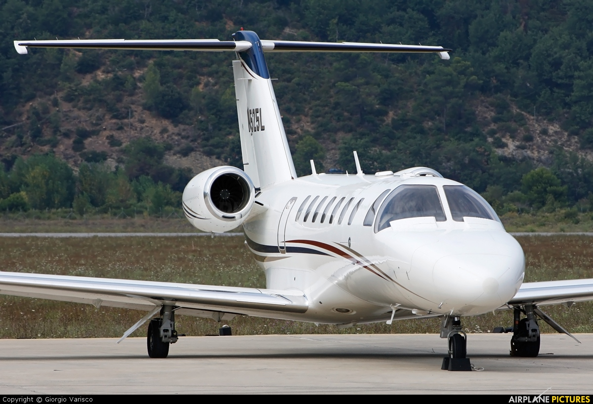 Private N525L aircraft at Albenga - Clemente Panero