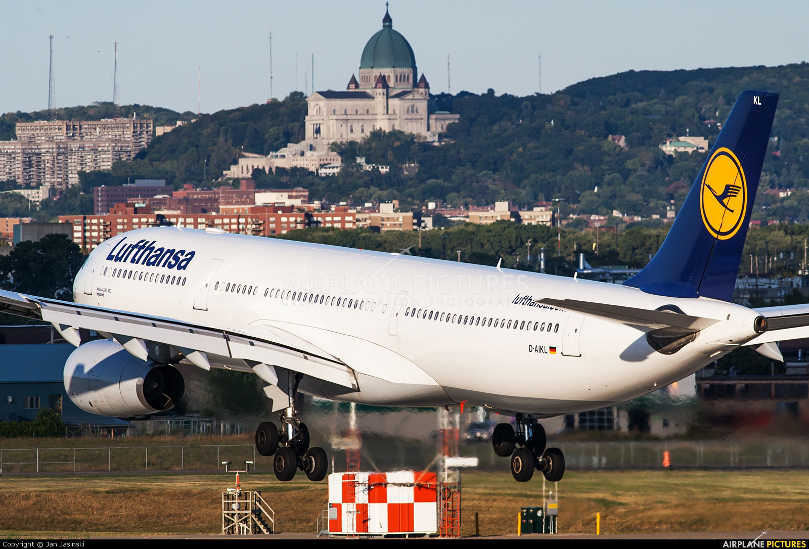 d aikl lufthansa airbus a330 300 at montreal pierre. Black Bedroom Furniture Sets. Home Design Ideas