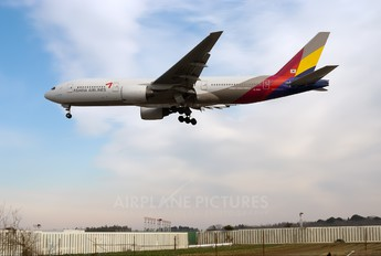 HL7594 - Asiana Airlines Boeing 777-200