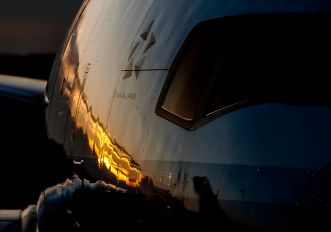 - - United Airlines Boeing 777-200