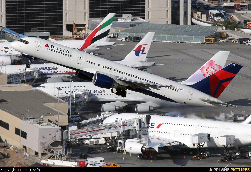 Delta Air Lines N750AT aircraft at Los Angeles Intl