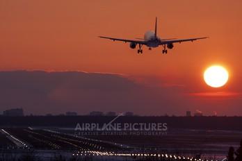 - - Qatar Airways Airbus A320