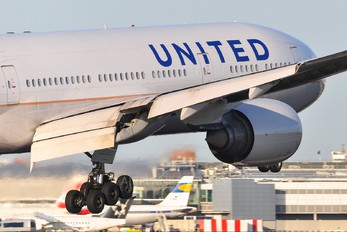 N217UA - United Airlines Boeing 777-200ER