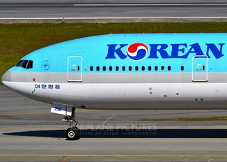 HL8216 - Korean Air Boeing 777-300ER