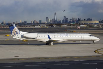 N17196 - United Express Embraer ERJ-145