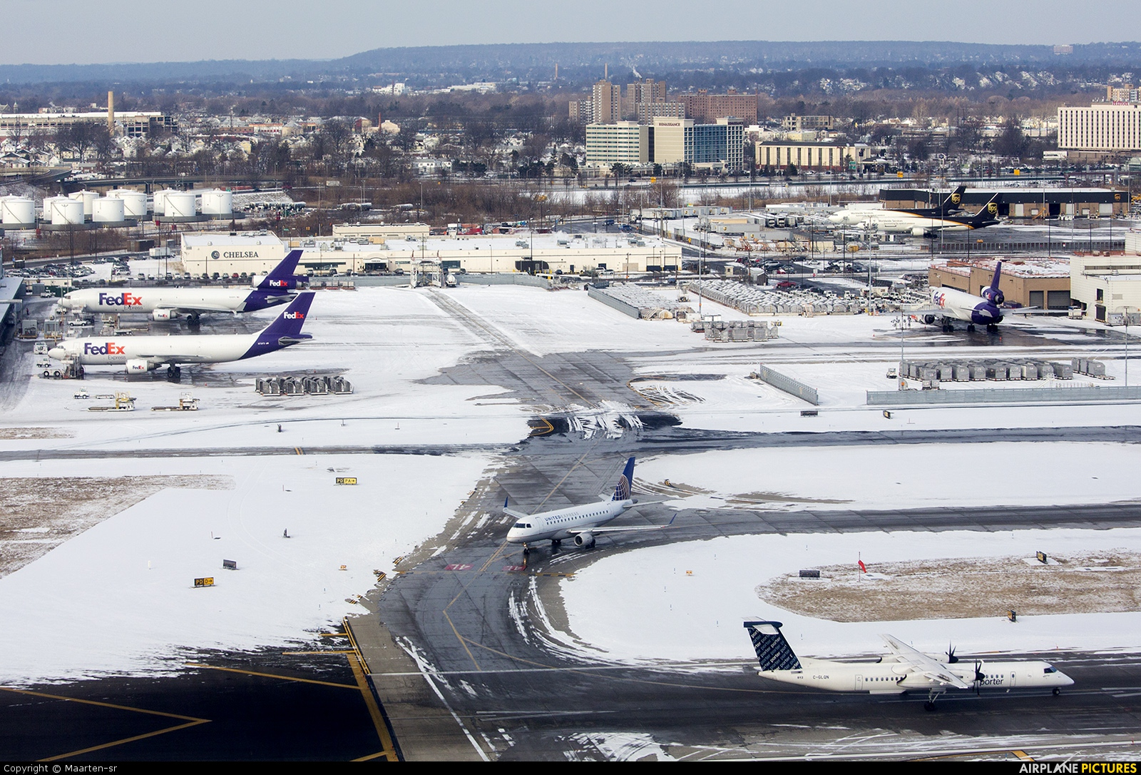 - Airport Overview - aircraft at Newark Liberty Intl