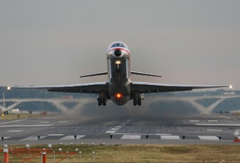 - - American Airlines McDonnell Douglas MD-82