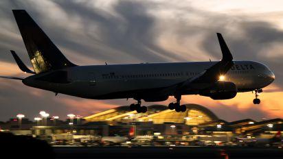 N1609 - Delta Air Lines Boeing 767-300ER
